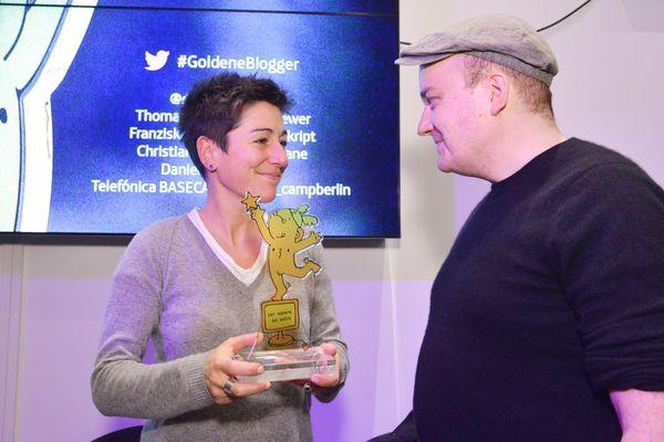ZDF-Moderatorin Dunja Hayali nimmt den Goldenen Blogger entgegen.