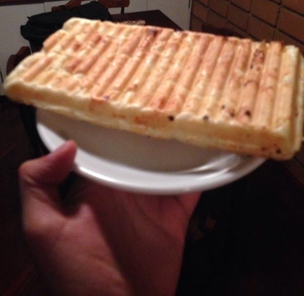 Acervo pessoal: pão de queijo na máquina de waffle. Obrigado, Internet!