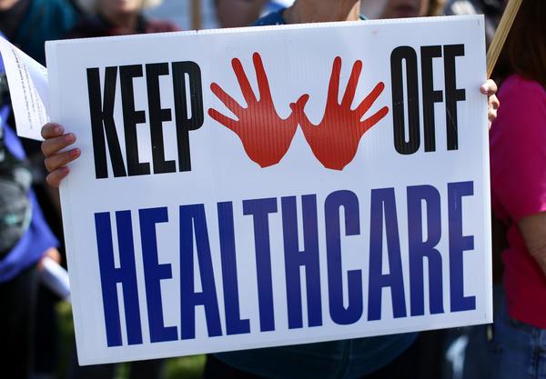 Voorstanders van Obamacare protesteerden gisteren in Californië tegen de 'repeal & replace' plannen van de Republikeinen (foto: Reuters)