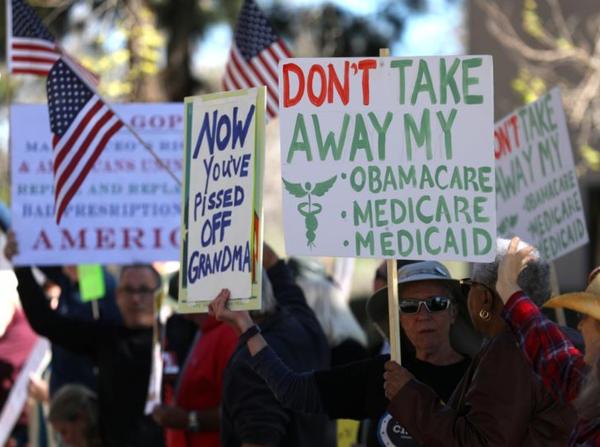 Betogers demonstreren voor het behoud van Obamacare (foto: Reuters)