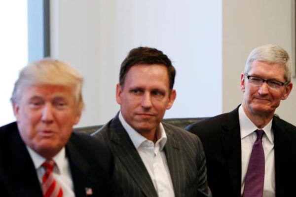 Trump tijdens een bijeenkomst met PayPal-oprichter Peter Thiel en Apple-baas Tim Cook (foto: Reuters)
