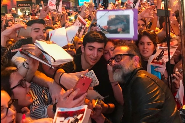 Jeffery Dean Morgan posa con los fans en Madrid | @twd_es