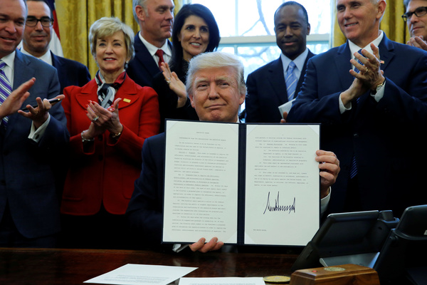 Trump ondertekende maandag een nieuw decreet (foto: Reuters)