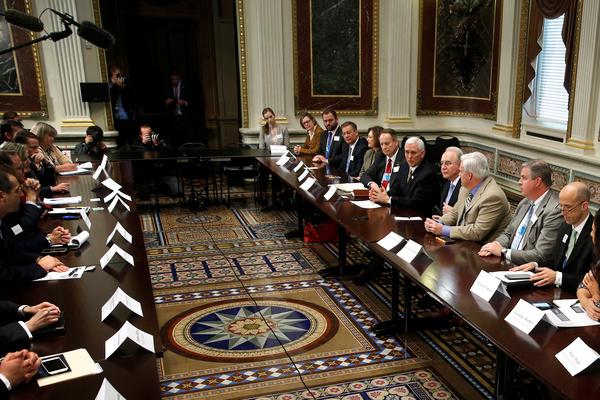 Vice-president Mike Pence overlegt met Republikeinse Congresleden over de ontmanteling van Obamacare (foto: Reuters)