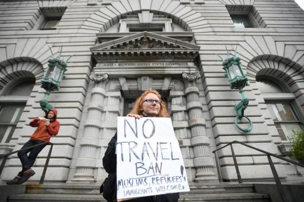 Betogers demonstreren in San Francisco tegen het reisverbod (foto: Reuters)
