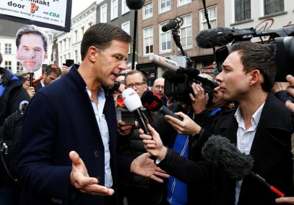 Premier Rutte staat Nederlandse en internationale media te woord (foto: Reuters)