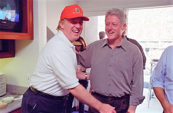 Donald Trump en Bill Clinton in 2000 (foto: Reuters)