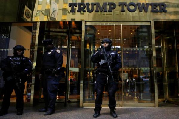 Agenten van de Secret Service bewaken Trump Tower in New York (foto: Reuters)