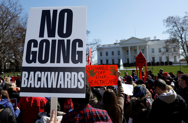 Betiogers demonstreerden gisteren bij het Witte Huis voor het behoud van Obamacare (foto: Reuters)