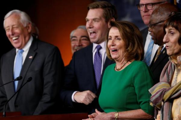 De Democraten (met Nancy Pelosi in het midden) reageren blij op het mislukken van de Republikeinse poging Obamacare te vervangen (foto: Reuters)
