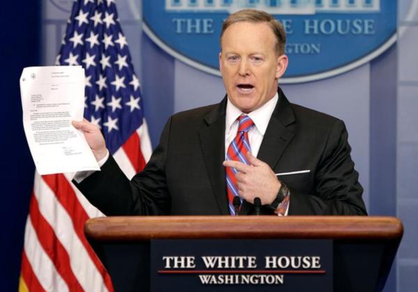 Sean Spicer liet gisteren tijdens zijn dagelijkse briefing een document zien waaruit zou blijken dat Yates gewoon voor de Inlichtingencommissie kon getuigen (foto: Reuters)