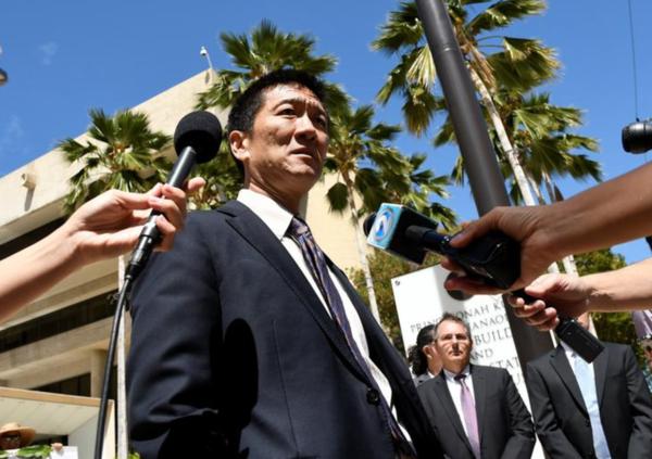 Minister Chin van Justitie van de staat Hawaii staat de pers te woord na de uitspraak van de rechter (foto: Reuters)