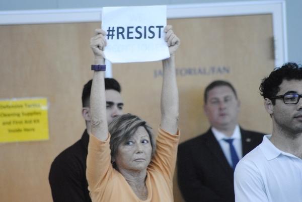 Betoger op een townhall meeting in Sacramento over het immigratiebeleid (foto: AVDH)