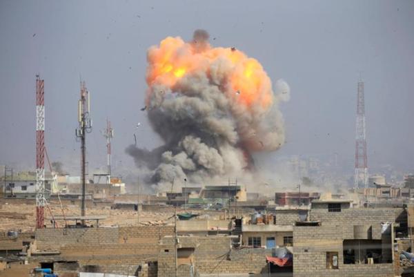 Een luchtaanval op IS-doelen in de Iraakse stad Mosul (foto: Reuters)