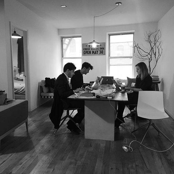 Rob Wijnberg, Harald Dunnink (creative director) en Maaike Goslinga (projectleider The Correspondent) in ons tijdelijke campagnekantoor de afgelopen week in SoHo, New York