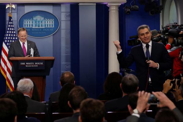 CNN-verslaggever Jim Acosta (rechts) botst geregeld met Witte-Huiswoordvoerder Sean Spicer (foto: Reuters)