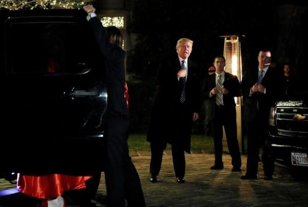 Donald Trump arriveert voor een verkleedfeestje van de New Yorkse miljardair Robert Mercer (foto: Reuters)