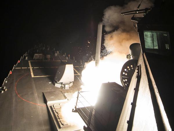 Het Amerikaanse marineschip USS Ross lanceert een Tomahawk-raket op een Syrische luchtmachtbasis (foto: Reuters)