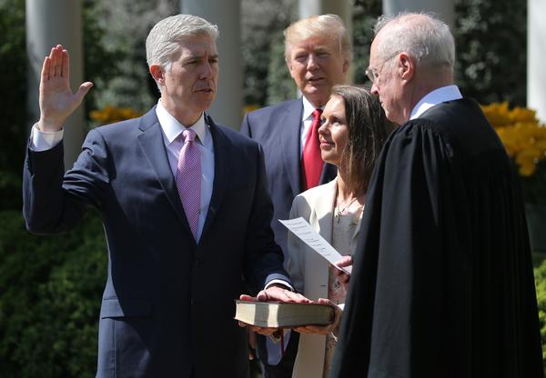 Neil Gorsuch wordt beëdigd door rechter Anthony Kennedy (foto: Reuters)