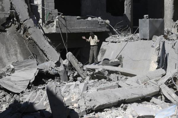 De ravage nadat de Syrische luchtmacht een 'barrel bomb' heeft laten vallen op een wijk in Douma (foto: Reuters)