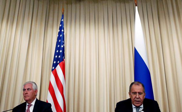 De buitenlandministers Rex Tillerson en Sergei Lavrov op hun gezamenlijke persconferentie (foto: Reuters)