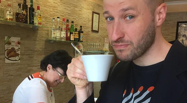 Ik cappuccino drinkend na twaalf uur 's middags
