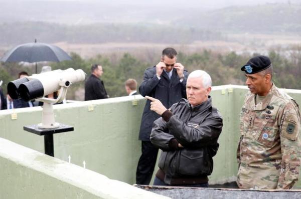 Vice-president Mike Pence bracht gisteren een verrassingbezoek aan de gedemilitariseerde zone tussen Noord- en Zuid-Korea (foto: Reuters)
