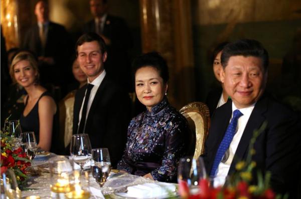 Van links naar rechts: Ivanka Trump, haar echtgenoot Jared Kushner, China's first lady Peng Liyuan en de Chinese president Xi Jinping (foto: Reuters)