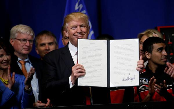 Tr5ump ondertekende in de fabriek van Snap-on ion Wisconsin twee decreten (foto: Reuters)
