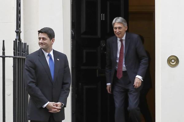 Paul Ryan (links), de Republikeinse voorzitter van het Huis van Afgevaardigden, toonde zich tijdens een bezoek aan Londen hoopvol dat Obamacare spoedig vervangen zal worden door een Republikeinse zorgwet (foto: Reuters)