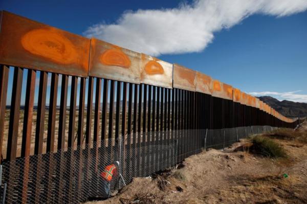 Het hek aan de grens met Mexico (foto: Reuters)