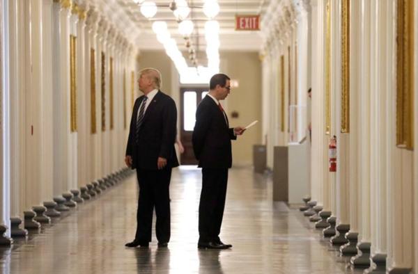 President Trump en minister Mnuchin op het ministerie van Financiën (foto: Reuters)