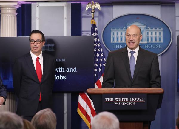 Steven Mnuchin (links) en Gary Cohn zijn de architecten van Trumps belastingplan. Mnuchion is minister van Financiën en Cohn is directeur van de National Economic Council (foto: Reuters)