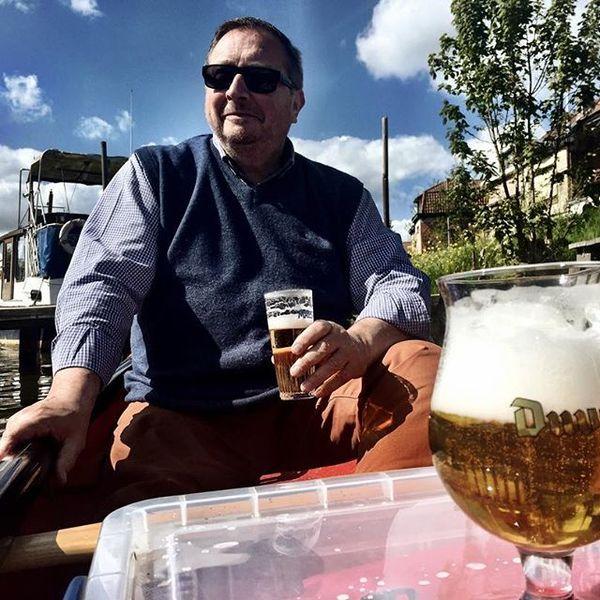 Mijn schoonvader geniet van water & bier.
