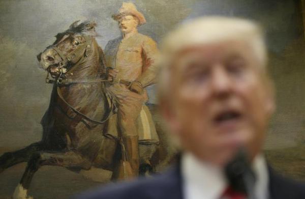 Trump voor een portret van zijn voorganger Theodore Roosevelt (foto: Reuters)