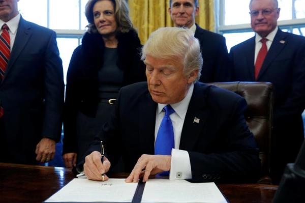 Trump ondertekent een decreet die de invloed van lobbyisten moet beperken (foto: Reuters)
