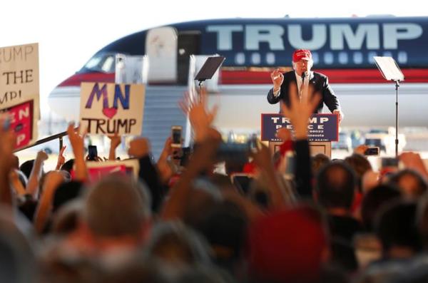 Trumnp hield menig campagnebijeenkomst in een vliegtuighangar (foto: Reuters)