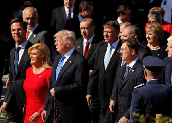 Trump en Europese leiders bij de opening van het nieuwe NAVO-hoofdkwartier (foto: Reuters)