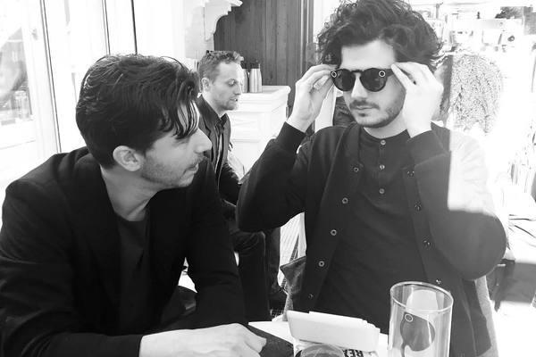 Hoofdredacteur Rob Wijnberg en ik in de weer met een Snapchat-bril. Foto: Harald Dunnink