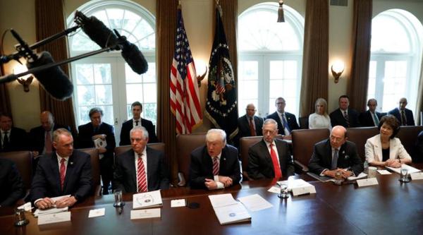Trump en zijn kabinet (foto: Reuters)