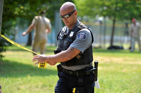 Agenten zetten het honkbalveld in Alexandria af waar afgelopen woensdag een schutter drie Republikeinen en twee agenten verwondde (foto: Reuters)