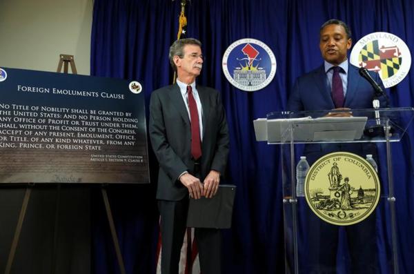 De ministers van Justitie van de staat Maryland en het District of Columbia, Brian Frosh (links) en Karl Racine, maken bekend dat ze Trump voor de rechter slepen voor het schenden van de grondwet (foto: Reuters)