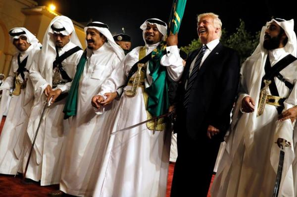 Trump stelt zich hard op tegen het Cubaanse regime, maar is dikke vrienden met het Saoedische regime (foto: Reuters)