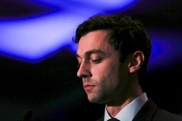 Een teleurgestelde Jon Ossoff geeft zijn nederlaag toe (foto: Reuters)