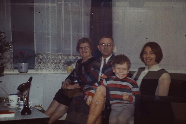 Oma en opa van vaderskant, Jan met haar en mijn moeder (1966)