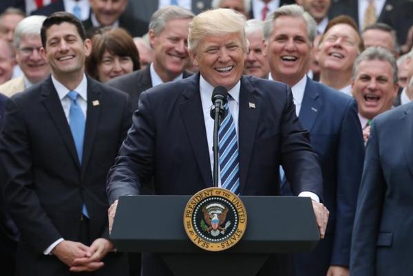 Trump vierde op 4 mei de succesvolle stemming in het Huis van Afgevaardigden over de Republikeinse zorgwet met veel fanfare in de Rose Garden van het Witte Huis (foto: Reuters)