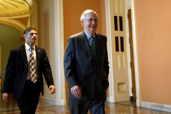 Senaatsleider Mitch McConnell (rechts) werkte in het geheim aan het wetsvoorstel dat Obamacare moet vervangen (foto: Reuters)