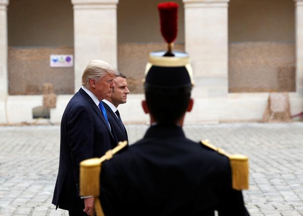 De presidenten Trump en Macron in Parijs (foto: Reuters)