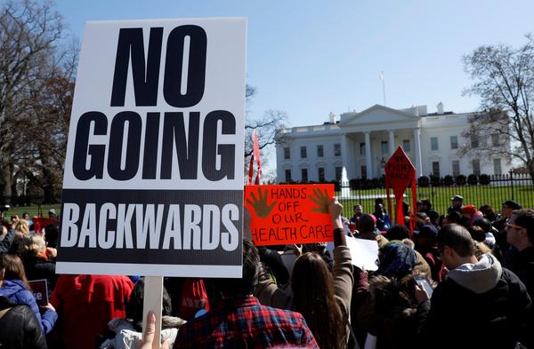 Betogers demonstreren bij het Witte Huis voor het behoud van Obamacare (foto: Reuters)