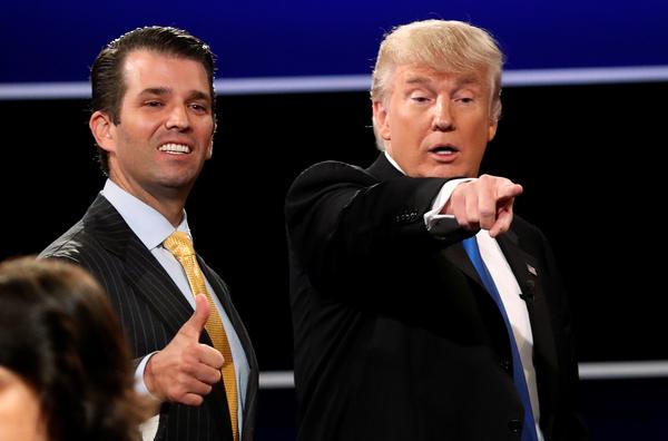 Donald Trump jr. en zijn vader (foto: Reuters)